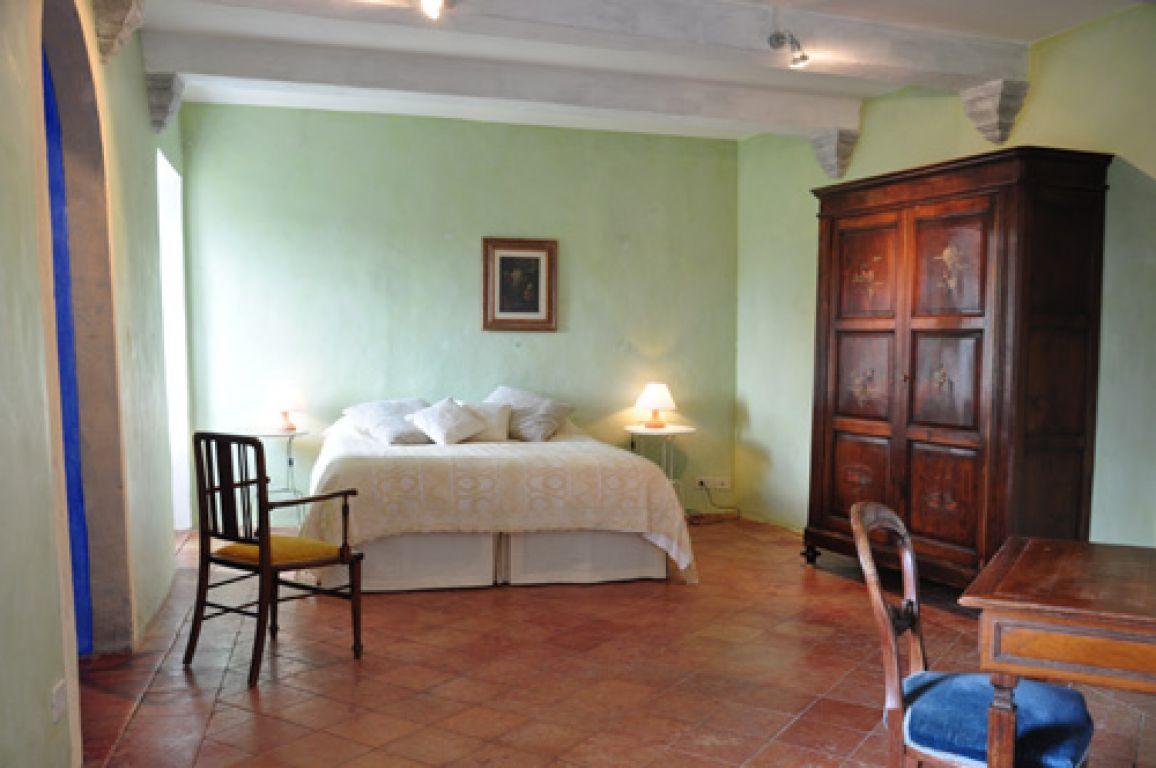 Pareti soggiorno verde salvia idee creative su interni e - Camera da letto verde acqua ...