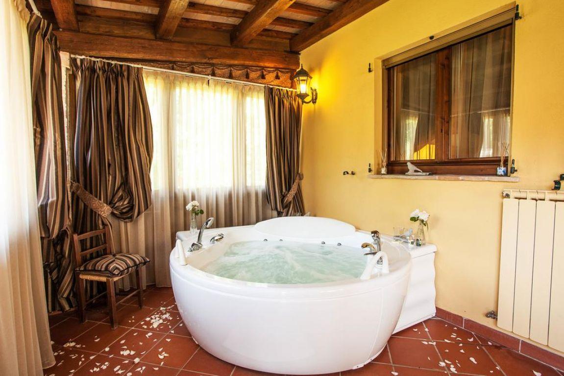 Residence in campagna le dimore di san crispino resort spa assisi umbria - Vasca in camera ...